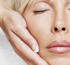 Con el pasar de los años, es más difícil mantener una piel resplandeciente, joven y saludable. El rostro es la parte más sensible y expuesta del cuerpo, vulnerable a los rayos del sol. Está expuesta a sufrir erupciones cutáneas, alergias, manchas, acné y lesiones que pueden dejar cicatrices permanentes. En Spa Renacer encontraras un tratamiento diseñado especialmente para cada una de tus necesidades.