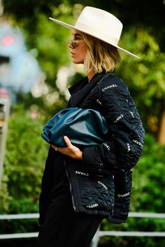 Best Street Style Looks From New York Fashion Week Spring 2020 - - street style women inspiration simple, street style edgy fashion ideas Source by lilmissjbstyle Tokyo Street Fashion, Nyc Fashion, Autumn Fashion, Fashion Ideas, Fashion Hats, India Fashion, Fashion Spring, Fashion Styles, Womens Fashion