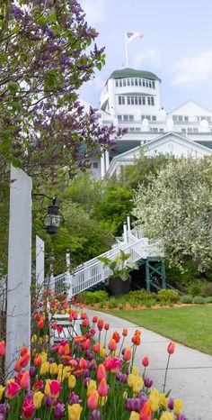 20 Luxurious Midwest Travel Destinations to Visit in 2020 - Annie Fairfax - Grand Hotel on Mackinac Island Mackinac Island Travel Guide Tourism Information - Mackinac Island, Travel Guides, Travel Advice, Travel Articles, Travel Tips, Travel Goals, Usa Travel, Beautiful Hotels, Beautiful Gardens