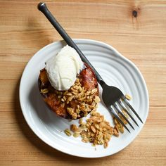 Grilled peaches with crumble is such an easy and delicious dessert, it's my summer go-to! Zimmy's Nook - Dessert - Grilled Peaches with Crumble Grilled Peaches, Delicious Desserts, Grilling, Ice Cream, Breakfast, Easy, Summer, Blog, Recipes