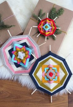 DIY God's Eyes. Inspired by the mexican culture Huichol. | Como hacer Ojos de Dios inspirados en la cultura mexicana de los Huicholes. Decora con ellos regalos, o alguna ventana o pared de tu casa!                                                                                                                                                     Más