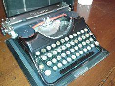 Macchina da scrivere portatile CONTINENTAL di mio papà Sergio.
