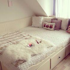 as gavetas embaixo da cama, ótimo para economizar espaço em um apartamento pequeno.