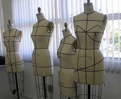 Fashion Doll Stylist: Patterns. Op deze site veel patronen en voorbeelden van kleding voor Barbie en Ken.
