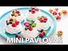 Pavlova is a showstopping meringue dessert and is easier than you think! Mini pavlovas have , Mini Pavlova. Mini Pavlova, Pavlova Cake, Strawberry Pavlova, Dessert Crepes, Dessert Parfait, Biscotti, Meringue Desserts, Meringue Food, Frozen Desserts