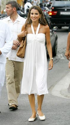 Queen of Jordania, Rania, looking stunning in a simple white dress, in St Tropez. Find your favourite summerdress at Monroeworld. The perfect clothing for both beach and city! Simple White Dress, Perfect Little Black Dress, White Dress Summer, Summer Dresses, Jordan Royal Family, Muslim Beauty, Queen Rania, Ladylike Style, Royal Brides