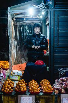 fourfiftyone / #Oranges #Omokgyo #Seoul #SouthKorea #Asia #Fruit #Vendor #Street #Food #Night #City #People #Photography / #골목 #장사 / 서울 양천 목 / 2013 12 18 /