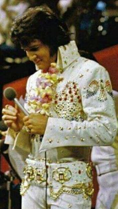 Elvis was definitely King of all Music, beautiful voice and soul ! Elvis Presley Concerts, Elvis Presley Family, Elvis In Concert, Elvis And Priscilla, Priscilla Presley, Elvis Aloha From Hawaii, Elvis Presley Pictures, Graceland, Looks Style