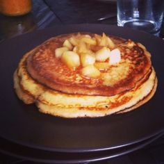 Pancake alle mele caramellate e cannella