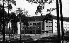 Obóz Emigracyjny w Gdyni. Rok 1936 Od 1928 r. Gdynia zaczęła obsługiwać ruch emigracyjny, stopniowo zastępując Gdańsk. Ponieważ ruch emigracyjny był coraz silniejszy, powstał plan budowy specjalnego ośrodka dla emigrantów. Projekt Etapu Emigracyjnego wykonali A. Kuncewicz i A. Paprocki w latach 1929/30. Na obóz wydzielono miejsce poza miastem, utworzono jednak bezpośrednie połączenie kolejowe do odpraw pasażerskich w Gdyni.