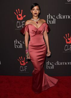 http://www.vogue.ua/fashion/diamond-ball-zvezdy-v-gostyakh-u-rianny4861.html