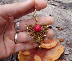 COLEÇÃO TERRA DOURADA cód B063 Brinco confeccionado em macramé com peças em bronze e Coral Vermelho Ganchos banhados em ouro  SOBRE O CORAL:  NÃO É PEDRA OU VEGETAL, É UM ESQUELETO REMANESCENTE DE ORGANISMO MARINHO. SILENCIA AS EMOÇÕES, ALIVIA AS PREOCUPAÇÕES. O SEU USO ELEVA AS VIBRAÇÕES PARA MELHOR SINTONIA COM A NATUREZA E AS FORÇAS CRIATIVAS. BOA PARA QUALQUER PROBLEMA ÓSSEO, REVIGORA CORAÇÃO E CONCENTRAÇÃO. ENERGIA: RECEPTIVA. PLANETA: VÊNUS. ELEMENTO: ÁGUA, ÉTER. OBJETIVO: CURA, PAZ…