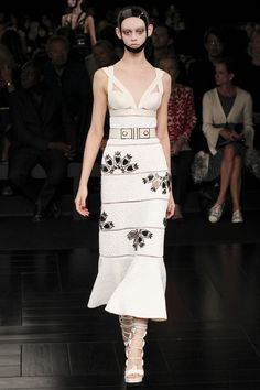 Alexander McQueen printemps-été 2015 White spring dress with an edge!