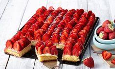 Ein lockerer Obstkuchen vom Blech mit frischen Erdbeeren