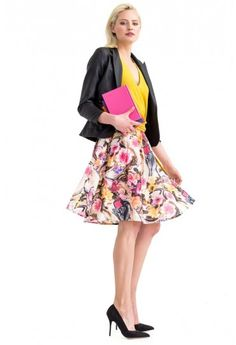Deze zwierige rok heeft platte plooien onder de tailleband. Door de bloemenprint krijgt het een romantische look.