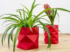 L'origami, est connu comme l'art du #pliage de papier. C'est depuis de nombreuses années une tendance forte dans le domaine du design. Les décorations faites en origami apportent dans la maison des lignes simples et des effets d'optiques qui jouent avec les murs.