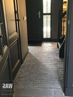 Klinkers hal l donkere deuren Cottage Hallway, Best Front Doors, Terrazo, Apartment Entryway, Barn Renovation, Belgian Style, Brick Flooring, Bed And Breakfast, Interior Design Living Room
