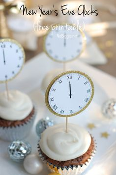 New Year's Eve Midnight Clock Printable cupcake toppers to Celebrate New Year's Eve with this free printable - midnight clocks - via Party Fiesta, Nye Party, Elmo Party, Mickey Party, Dinosaur Party, Party Time, New Year's Eve Celebrations, New Year Celebration, Sylvester Party