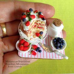 Dollhouse Miniature Food Berry Cake 1:12 Miniaturas Brasileiras - Brazilian Miniatures Foods Miniatures Ivani Grande