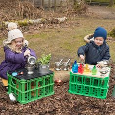 7 ways to use creative crates - extend the learning opportunities of crates with these open-ended tops. A mud kitchen perhaps? Make potions and concoctions or mix a perfume perhaps? Preschool Playground, Preschool Garden, Backyard Playground, Backyard For Kids, Backyard Games, Outdoor Learning Spaces, Outdoor Play Areas, Eyfs Outdoor Area Ideas, Outdoor Games
