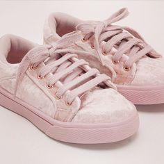 Outra coisa que me encantou na Renner foram estes lindos sapatos rose de veludo. Adorei a cor e o preço. Inclusive peguei um pra mim.❤️ *Uma pena ter apenas tamanhos infantil e teen, até no máximo 35. #renner #criativa #fashion #velvet #shoes #inspiration *Você encontra no site da loja.