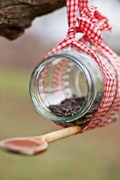 mangeoire pour oiseaux, fabriquer avec un bocal, cuillère en bois, faire un ruban carré
