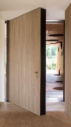 Van een oude schuur tot een moderne oase van rust • Architect: Pascal François #voordeur #eik #nieuwbouw #deuren Main Entrance Door, Entry Doors, Architecture Details, Interior Architecture, Door Design, House Design, Steel Doors And Windows, Moraira, Pivot Doors