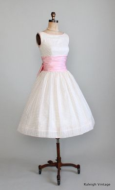 Vintage White Pink Party Dress in a rare size! Vintage 1950s Dresses, Vintage Wear, Vintage Outfits, Vintage Clothing, Vintage Party, 1950s Fashion, Vintage Fashion, Club Fashion, Ladies Fashion