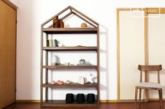 Displaying excellent rigidity and robustness, the shelf Pähkinä will be your ally to store everything.