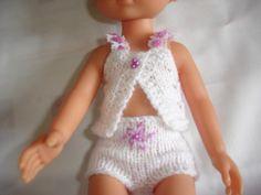 Petit ensemble de lingerie, blanc et mauve, tricoté à la main dans une laine fine, composé de : - une brassière en point fantaisie, bretelles en dentelle et ruban mauve, bouto - 10473383