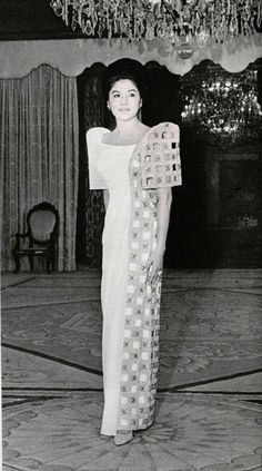 imelda marcos - Google Search Modern Filipiniana Gown, Filipiniana Wedding Theme, Wedding Gowns, Philippines Dress, Philippines Culture, Philippines People, Traditional Fashion, Traditional Dresses, Filipino Fashion