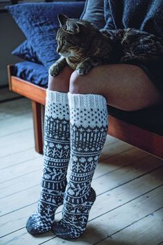 Syksy on iloinen asia, koska silloin saa laittaa jalkaan villasukat. Loom Knitting, Knitting Socks, Free Knitting, Crochet Socks, Knit Crochet, Wool Socks, Knitting Projects, Leg Warmers, Diy Clothes