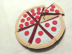 Felt toy pizza to learn number.