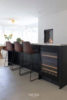 Luxe keuken - zwarte keuken met marmer keukenblad - BY SENSA Keuken Experience Center-15 Attic Master Suite, Kitchen Styling, Terrazzo, My Dream Home, Home And Living, Bungalow, Kitchen Design, New Homes, Interior Design