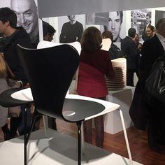 """7 Cool Architects"" de Republic of #FritzHansen: Interpretaciones contextuales de la silla Series 7™ de #ArneJacobsen. Museo Nacional de Artes Visuales (#MNAV). La pieza doble de #JeanNouvel."