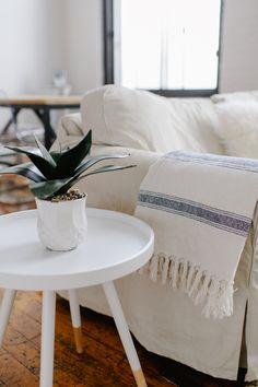 Spring decor tip: Hammam towels are the perfect lightweight throw. @juliusvalentina   //  Astuce déco printanière : Remplacez les jetés d'hiver par des serviettes turques plus légères.