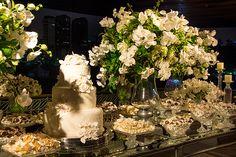 Mesa de doces - casamento clássico - decoração branco e verde ( Decoração: Cenográphia | Foto: Rafael Cruz )