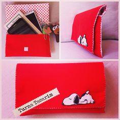 El Çantası, 3 gözlü. Kitabınız, tabletiniz ve cep telefonunuz için... İstediğiniz renk ve desen ile uygulama yapıyoruz. #keçe #kece #felt #elçantası #handbag #yakaiğnesi #collarpin #abajur #elyapımı #handmade #hediye #hediyelik #gift #bookmark #kitapayracı #bursa #anahtarlık #aydınlatma #babyshower #dekorasyon #konsept #kapısüsü #magnet #lavantakesesi #dişbuğdayı #doğumgünü #kutlama #diy #craft #peanuts #charliebrown #snoopy #cartoon