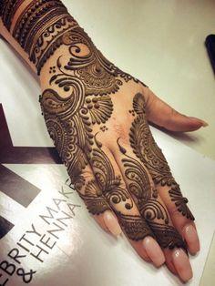tatuaje-henna-para-mujer-en-la-mano-henna-marrón-lindo-diseño