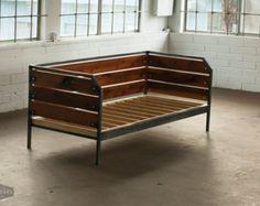 Modern Reclaimed Redwood Couch or Daybed Steel Frame por MezWorks