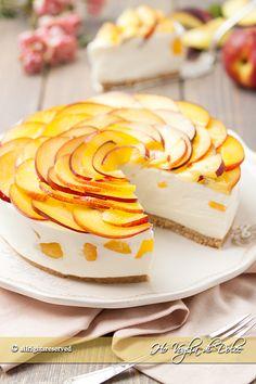 Cheesecake alle pesche senza cottura, un dolce d'effetto fresco ed estivo con ricotta, yogurt e pesche. Ricetta facile e veloce per merende e pranzi estivi.