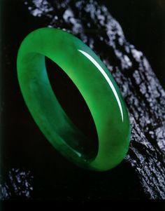 look at the translucency of this Burmese jadeite... so beautiful!!!