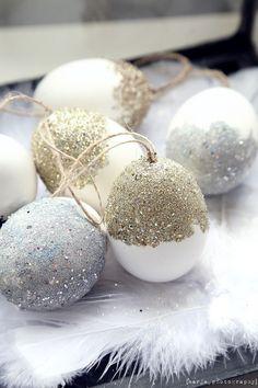 Kuten eilisessä postauksessani mainitsin, askartelimme viikolla muutaman pääsiäismunan. Idean sain Kuistin kautta -blogin Heidiltä ja vastaavia munia löytyy näemmä jokunen myös tuosta pääsiäisaiheisesta Pinterest-kansiostani. Noista meidän munista tuli kieltämättä hieman …