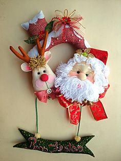 *FELT ART ~ GUIRLANDA DE NATAL BONECO DE NEVE Felt Christmas Ornaments, Christmas Art, Christmas Wreaths, Christmas Decorations, Garland Hanger, Santa Wreath, Christmas Paintings, Stuffed Animal Patterns, Craft Patterns
