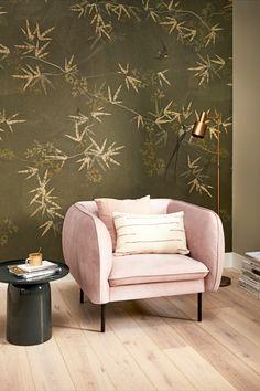 Karwei | Door één muur een frisse kleur te geven zoals met dit groene vliesbehang, geef je je interieur een totaal andere uitstraling. Liever een stapje meer? Kies dan voor een enkel meubelstuk in een opvallende kleur zoals deze poederroze fauteuil. | Fresh colors in interior | #frissekleuren #behang #poederroze