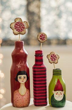 """Para os fãs do filme """"O Fabuloso Destino de Amélie Poulain"""" um autêntico e exclusivo objeto decorativo que vai fazer o maior sucesso na sua casa. São garrafas de vidro revestidas de papel machê, com pintura feita à mão. Você pode colocar flores de verdade e fazer pequenos vasos, enfeitas uma mesa de festa ou seu cantinho preferido. Acompanha flor decorativa feita de papel machê e outros materiais. Medidas em altura (sem a flor decorativa): Garrafa Amélie: 24 cm Garrafa colorida: 20 cm…"""