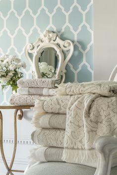 Bathroom Towels, Bath Towels, Bathtub With Glass Door, Hotel Towels, Bath Towel Sets, Soft Furnishings, Decor Styles, Beautiful Homes, Blanket