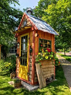 Lovely and Cute Garden Shed Design ideas for Backyard Part 48 ; garden shed ideas; garden shed organization; garden shed interiors; garden shed plans; garden shed diy; garden shed ideas exterior; garden shed colours; garden shed design Shed Landscaping, Backyard Sheds, Mini Shed, Garden Tool Shed, Garden Sheds, Raised Bed Garden Design, Pump House, She Sheds, Small Buildings