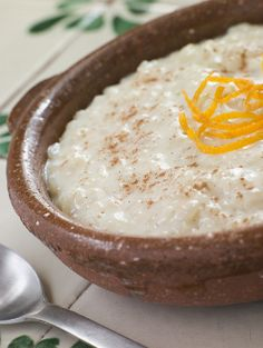 Rizogalo is a Greek rice pudding recipe that is so creamy. Greeks eat this for breakfast or a sweet dessert anytime. Mexican Dessert Recipes, Rice Recipes For Dinner, Greek Recipes, Indian Recipes, Dessert Ideas, Greek Rice Pudding, Rice Pudding Recipes, Rice Puddings, Quinoa Pudding