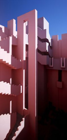 La Muralla Roja is a housing project located in the area of Calpe in the Alicante region in Spain on a steep costal landscape. Designed by architect Ricardo Bofill and his Taller de Arquitectura, the project was built in Art Et Architecture, Contemporary Architecture, Amazing Architecture, Architecture Details, Modern Contemporary, Zaha Hadid, Noisy Le Grand, Ricardo Bofill, Philip Johnson